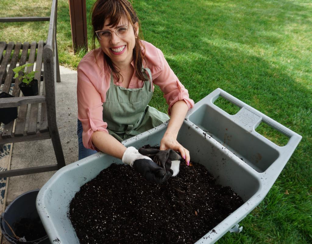Aerating soil for flower pot